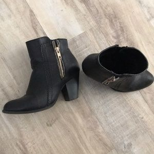 Zipper detail boots